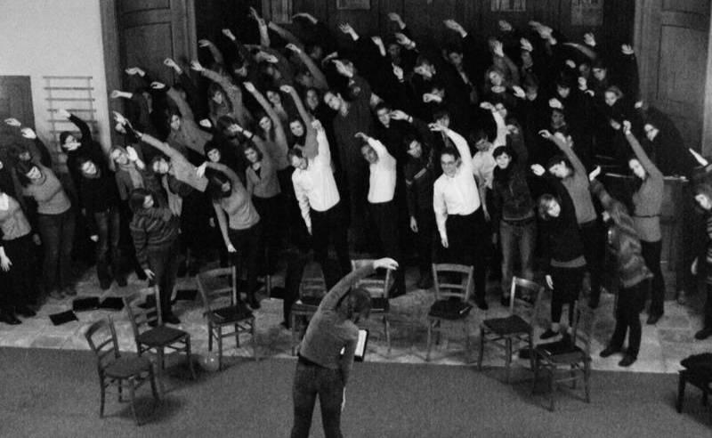 Chor dehnt sich vor dem Konzert